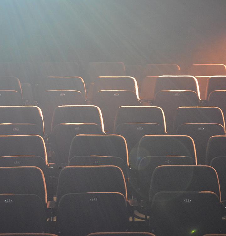 Kuvituskuva teatterin salin penkkiriveistä