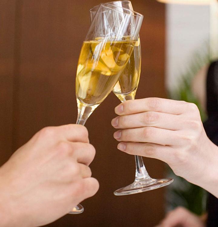 Kuvassa kaksi skoolaavaa shampanjalasia