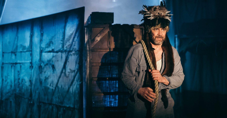 Kuva esityksestä Sontiainen - balladi koti-ikävästä (2020): Kuvassa Topi Sukanen (Aarni Kivinen) vetää rakentamaansa laivaa.
