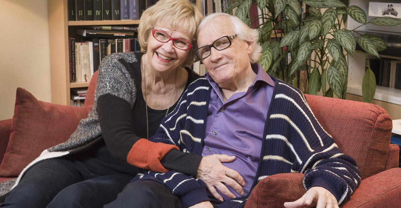 Kuvassa Ritva Siikala ja Bengt Ahlfors istumassa sohvalla toisiinsa nojaten