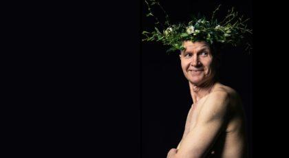 Kuvan vasemmassa reunassa Taisto Reimaluoto Elis Sinistön roolissa, keväinen kukkaseppele päässään.