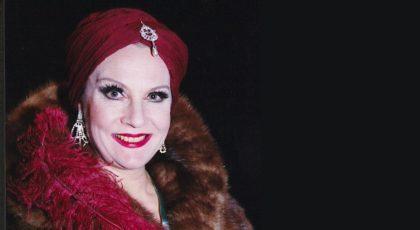 Tiina Weckströn Zarah Leanderin roolissa turkiksessa ja viininpunaisessa turbaanissa